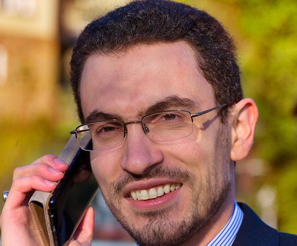 Portrait Milen Sokolov telefoniert