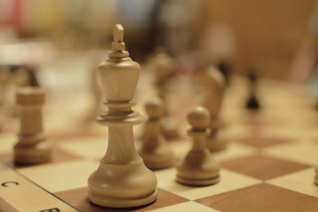 König auf Schachbrett
